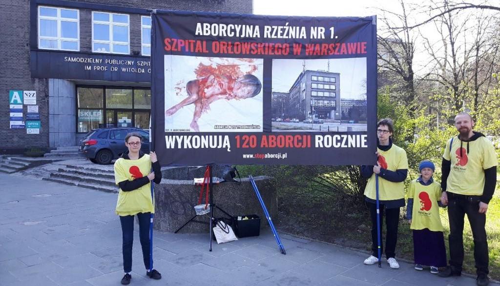 """""""Wytrwajcie""""! – pikieta pod szpitalem im. Orłowskiego w Warszawie, gdzie dokonuje się najwięcej aborcji w Polsce"""