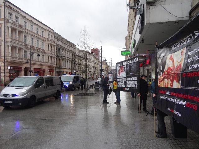 Feministki walczą z przemocą propagując zabijanie dzieci nienarodzonych – relacja z kontrpikiety do Manify w Łodzi.