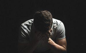 mężczyzna płaczący